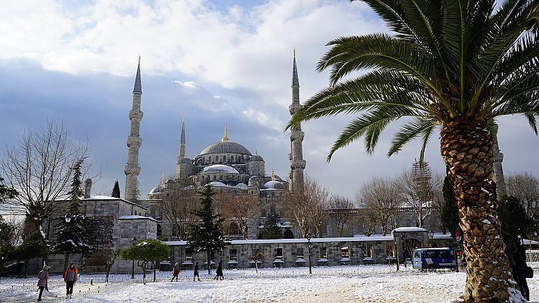 مساجد تركيا تمتلئ في صلاة الفجر لقراءة سورة الفتح والدعاء للجيش التركي بالنصر
