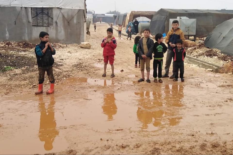 الأمطار والرياح تغرق عشرات الخيم في مخيمات ريف إدلب ومناشدات للمنظمات للتدخل