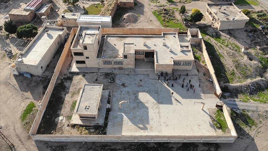 """الجيش التركي يشرع في ترميم المدارس التي دمرها عناصر """"ي ب ك"""" في منطقة نبع السلام"""