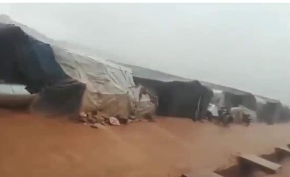 عاصفة مطرية تضرب مخيمات النزوح شمال إدلب في أول أيام رمضان