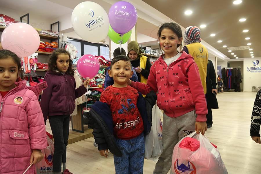 جمعية الخير( إييليك) تقدم مساعدات الملابس للطلاب